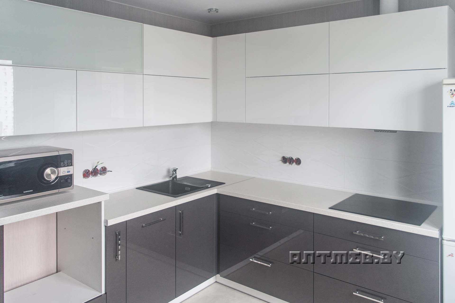 угловая глянцевая серо белая кухня из мдф с белой столешницей фото
